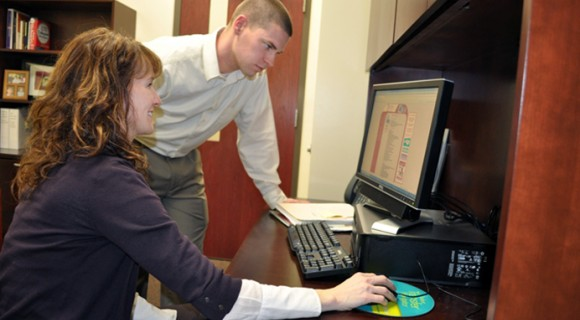 A student obtains career counseling